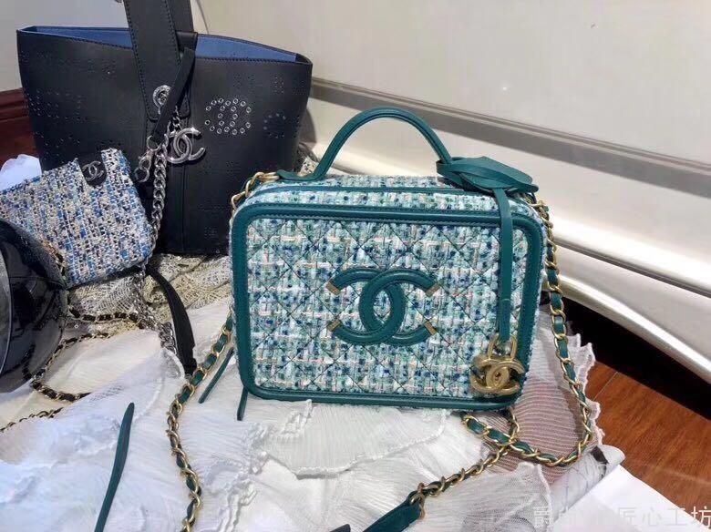 Chanel 化妆包 呢子很美 颜色好看 都可以All in 搭配起来真的很优雅