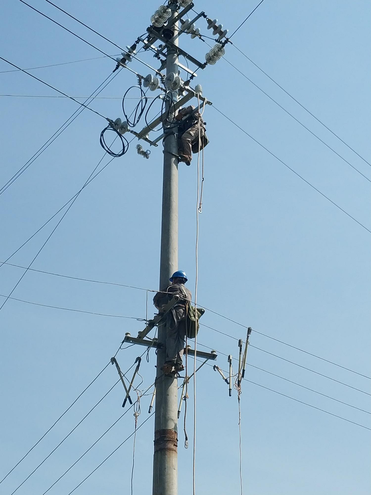 湖南银和瓷业有限公司送电作业现场---变压器通电(2)