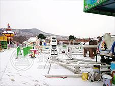户外游乐场设备雪景图