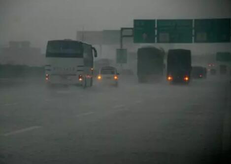 高速路遇暴雨谨记这几招